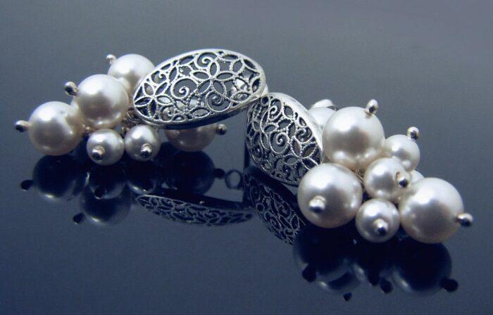 Krótkie kolczyki ślubne - gronka ażurowe - perły Swarovski