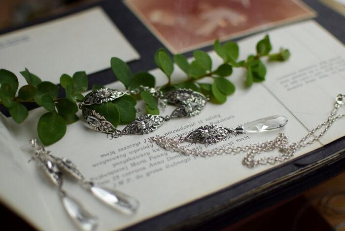 Bransoletka ślubna, długie kolczyki ślubne i naszyjnik na plecy z kryształami Swarovski i filigranem retro
