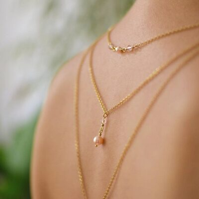 Potrójny pozłacany naszyjnik na plecy - ślubny - Swarovski Peach Pearl - brzoskwiniowe perły