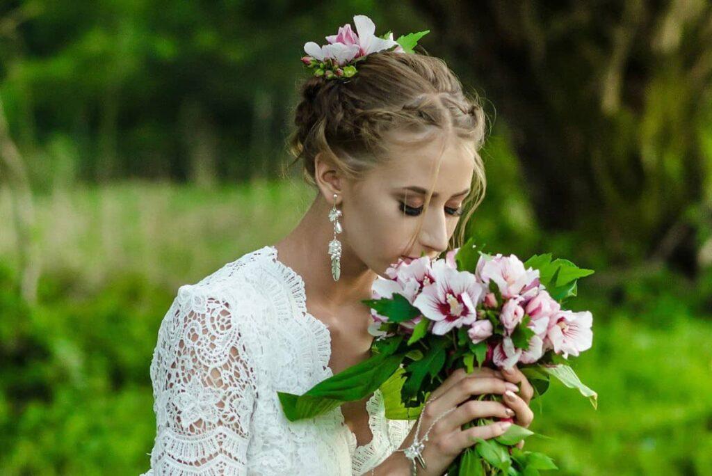 Klipsy ślubne w stylu boho - pióra i perły