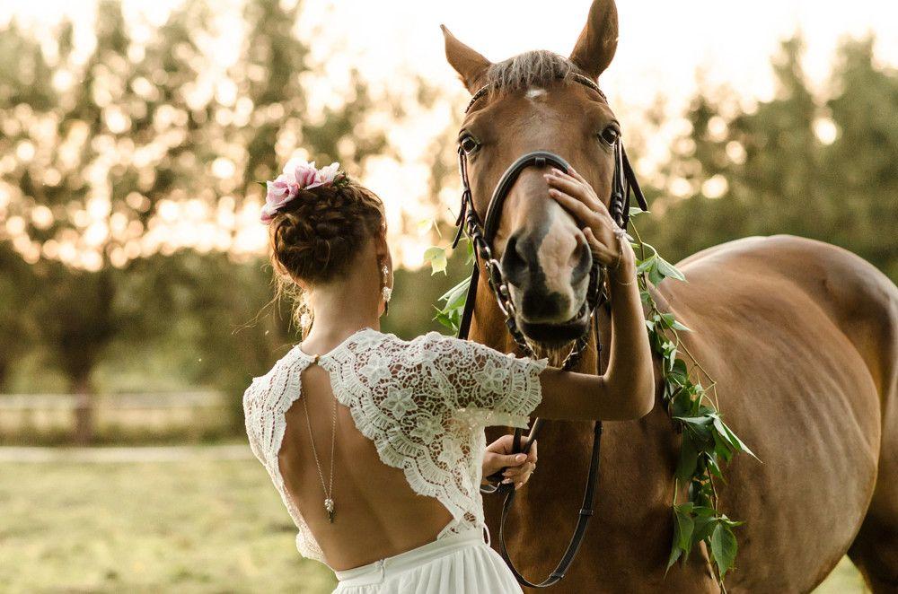 Naszyjnik na plecy z piórami - ślubne boho wśród koni