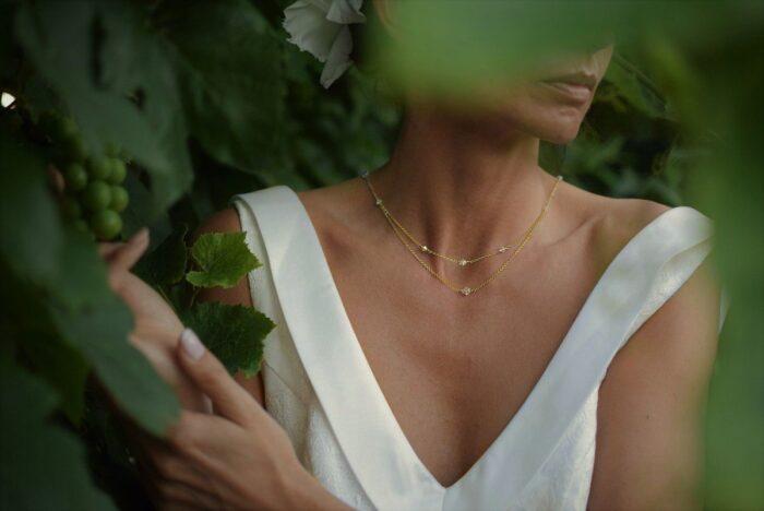Pozłacany naszyjnik na plecy z kryształkami Swarovski Golden Shadow - Graceful Classic