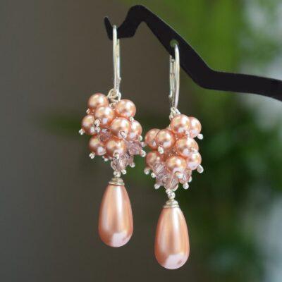 Ślubne kolczyki - brzoskwiniowo-różowe gronka z perełkami Swarovski