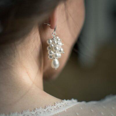 Krótkie kolczyki-gronka dla Panny Młodej na ślub - białe perły Swarovski