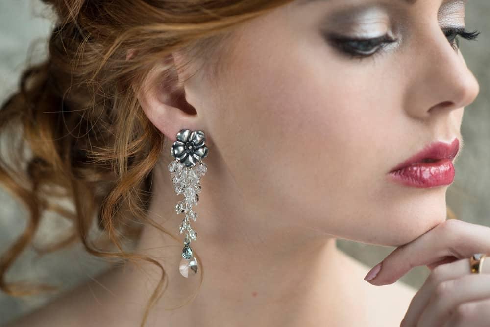 Jak dobrać biżuterię ślubną? Dobieranie kolczyków, naszyjnika, naszyjnika na plecy