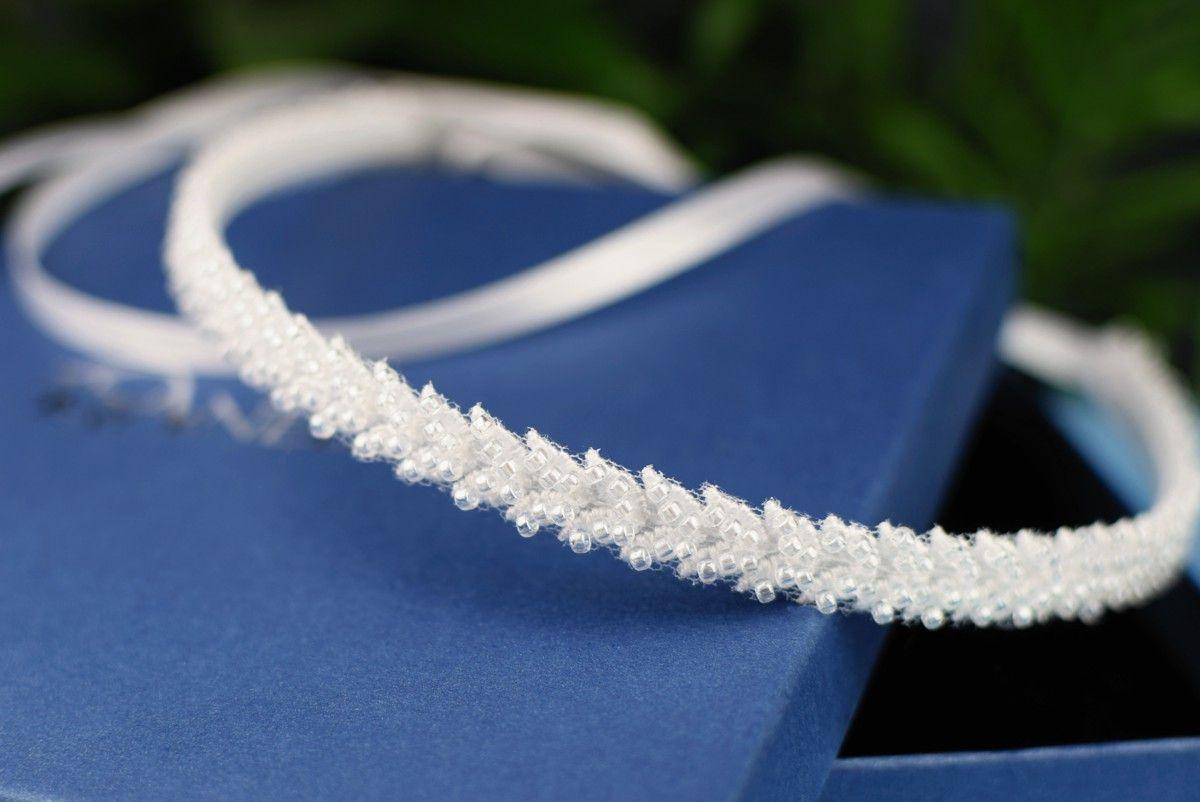 Ślubna opaska do włosów z białymi koralikami - Charlotte