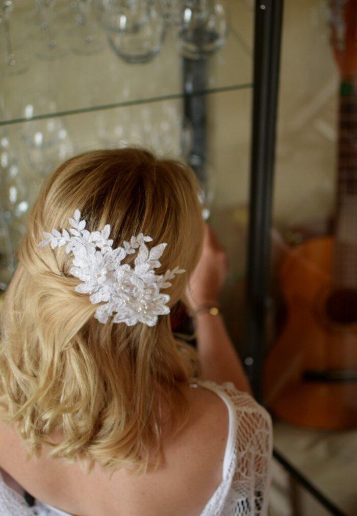 Ślubny grzebyk do włosów - biały, koronkowy, haftowany perłami Swarovski